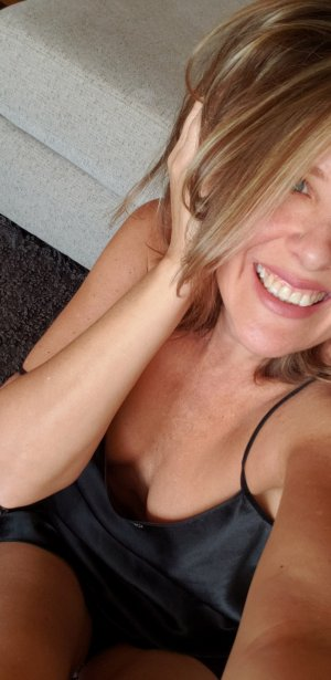 Elorie adult dating in Holbrook NY